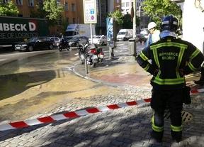 Una tubería rota deja una balsa de agua en Ronda de Valencia y dificulta el tráfico