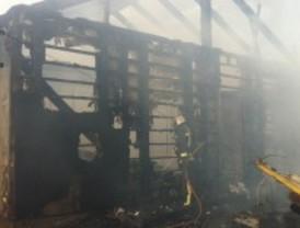 Un incendio calcina un chalet de madera en Tres Cantos