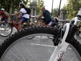 Disfrazados con motivos étnicos para reivindicar la bici como medio de transporte