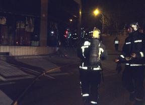 Bomberos trabajando en la extinción del incendio