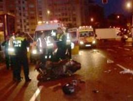Muere un motorista al chocar contra un camión cerca de la glorieta de Cuatro Caminos