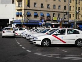 Los taxistas piden enchufes en las paradas