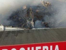 Un incendio destruye una nave de productos chinos en Valdemoro