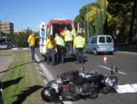 Grave un motorista tras colisionar con un taxi
