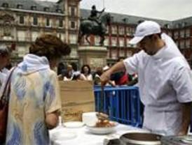 Cientos de madrileños degustan un cocido solidario en la Plaza Mayor