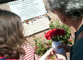 Homenaje a la trece rosas ante al placa conmemorativa en el cementerio de la Almudena.