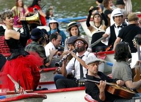 Músicos tocan en las barcas.