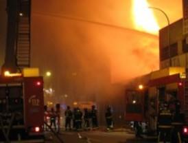 Aparatoso incendio en una nave de Vallecas