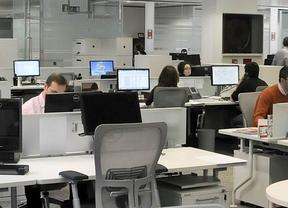 Trabajadores de la oficina de una empresa en plena actividad