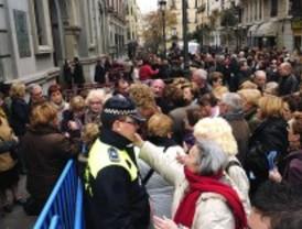 Cientos de madrileños confían en que Jesús de Medinaceli les ayude con la crisis