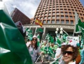 Miles de enfermeros se concentran frente al Ministerio de Sanidad para manifestar su oposición a los recortes
