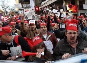 Los trabajadores de Coca-Cola protestan antes del Rayo-Atleti por el cierre de la fábrica de Fuenlabrada