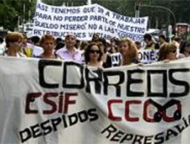 Casi mil trabajadores de Correos se manifiestan por sus condiciones laborales