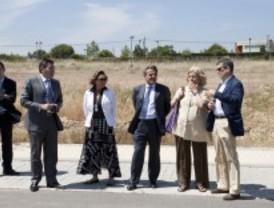 El alcalde de Majadahonda visita las obras de urbanización de Roza Martón