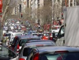 Las retenciones dificultan el tráfico matinal