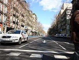 Un motorista resulta herido grave al colisionar contra la parte trasera de un taxi