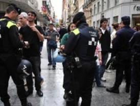 Agentes de policía impiden que los indignados instalen un campamento en la plaza de Ópera