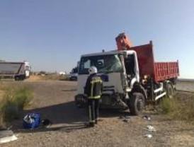 Un herido grave y dos leves en una colisión frontal de dos camiones en la M-506