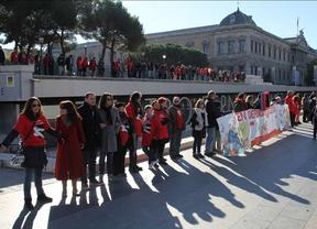 Una cadena humana abraza el teatro Fernán Gómez