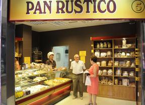 Una pareja comprando en una panadería madrileña