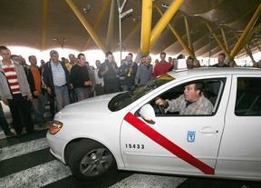 Taxi de Madrid bloqueado en el parking de la T4