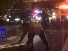 Un motorista herido grave tras chocar contra un vehículo estacionado