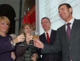 Aguirre cree que Rodrigo Rato logrará integrar al PSOE en Caja Madrid
