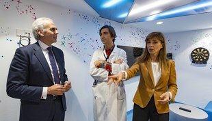 Enrique Ruiz Escudero, consejero de Sanidad, visita la unidad de Terapias Avanzadas para el tratamiento del cáncer infantil en el hospital La Paz.