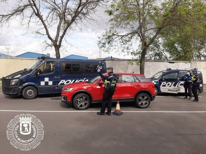 Un conductor intenta atropellar a varios agentes en la Cañada