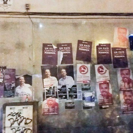 Carteles electorales en las paredes del distrito de Tetuán.