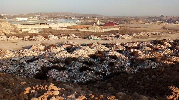 'Brotan' nuevos vertederos ilegales en la Cañada, junto al que echa humo frente a la A-3