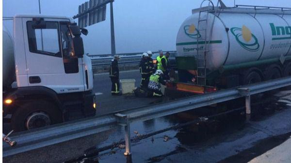 La pérdida de aceite reciclado de un camión cisterna provoca un atasco en la M-50 a la altura de Las Rozas