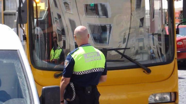Un agente de movilidad multa a un vehículo (archivo)