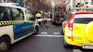 Un motorista herido de gravedad al chocar con dos turismos