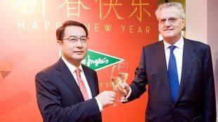 El embajador de China en España, Lyu Fan, y el consejero de El Corté Inglés, Juan Hermoso en la presentación del Año Nuevo Chino del Mono
