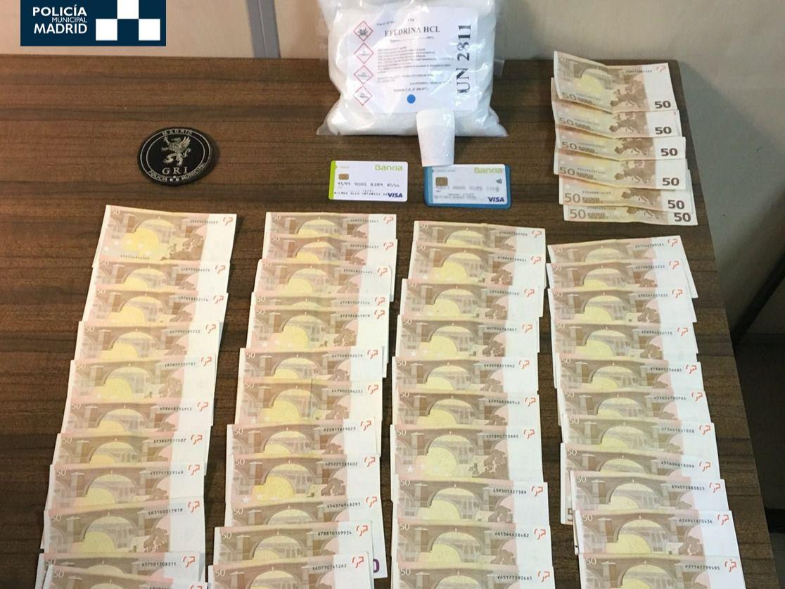 Dinero y cocaína que portaba el detenido en el momento de su arresto