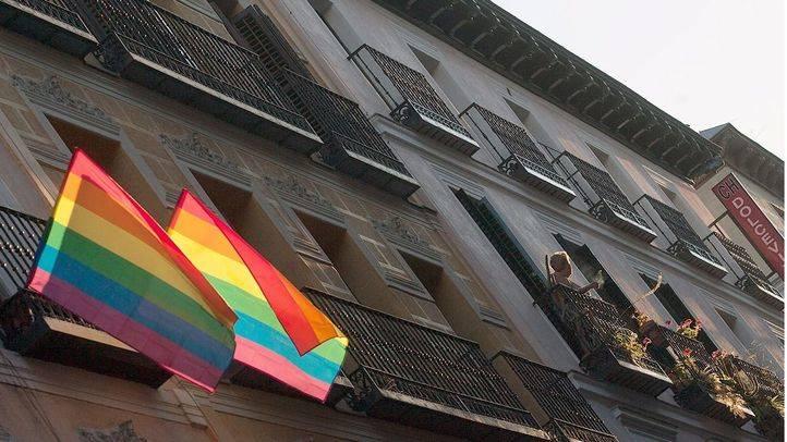 Banderas multicolor gays en chueca