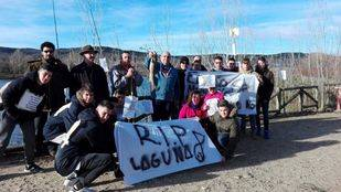 Los pescadores de Velilla y sus familias se concentran en la laguna del Raso para protestar por el mal estado de los humedales.