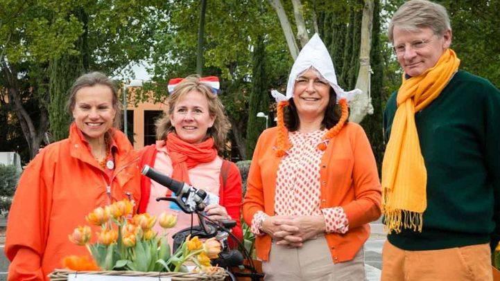 El embajador holandés en España, Cornelis van Rij antes de que de comienzo el paseo en bici Bike4Life 2015 durante las celebraciones del Día de Holanda en España.