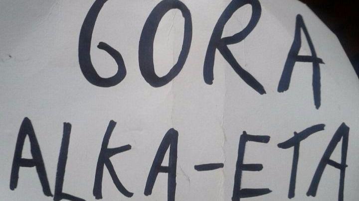 Pancarta que se mostró durante la representación