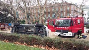 Vuelca un coche en el paseo del Prado y atropella a dos personas