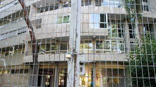 Puertas cerradas y candadas del colegio mayor universitario san Juan Evangelista (archivo)