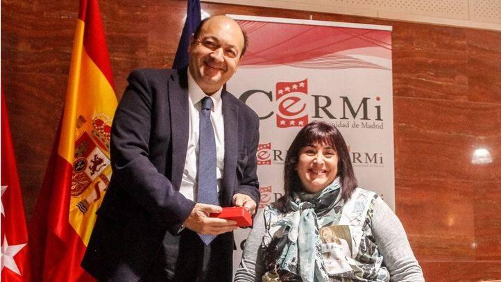 Constantino Mediavilla recibe el premio de manos de la presidenta del CERMI, Mayte Gallego.