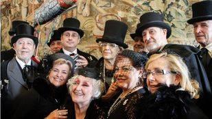 La alcaldesa de Madrid, Manuela Carmena ha recibido la sardina de plata por parte de la Alegre Cofrad�a del Entierro de la Sardina.