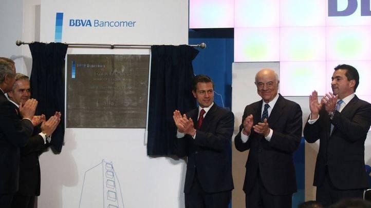 El presidente de BBVA, Francisco González y el presidente de México, Enrique Peña Nieto, en la inauguración de la nueva sede de BBVA Bancomer