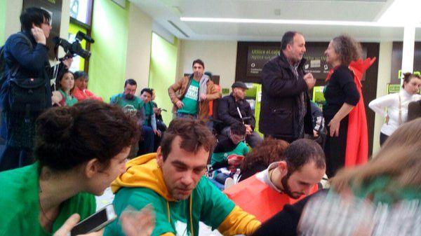 Miembros de movientos sociales de la vivienda ocupan una sucursal de Bankia