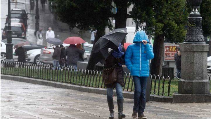Alerta amarilla por rachas de viento en la comunidad de Madrid debido a un frente que cruza la pen�nsula. En la imagen dos personas pasean por la plaza de Espa�a de Madrid azotados por el viento.
