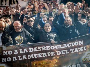 Cientos de taxistas protestan por su 'precarización' con petardos y bengalas