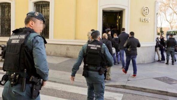 Agentes de la Guarcia Civil registran la sede del Banco Chino ICBC en Madrid este miércoles