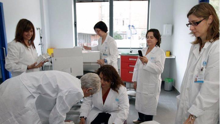 médicos preparando vacunas campaña gripe